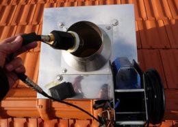 Inspektionskamera wird in den Schornstein eingeführt